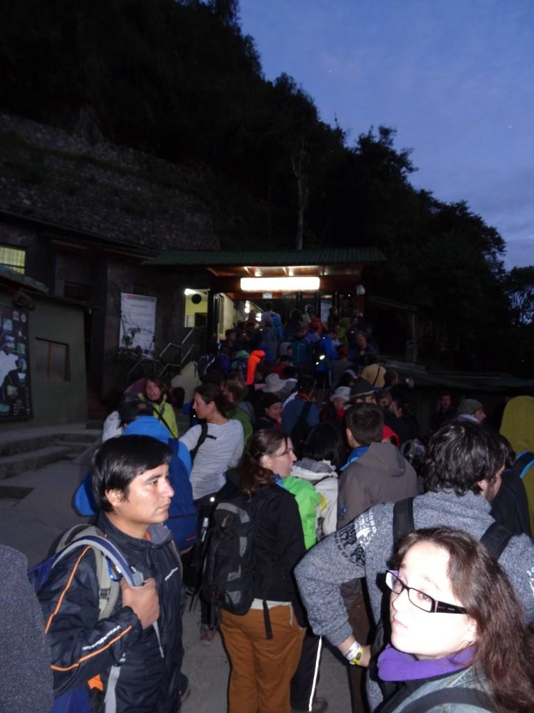Kehrseite der besten Fotos vom Macchu Picchu... Morgens um 5 Uhr anstehen