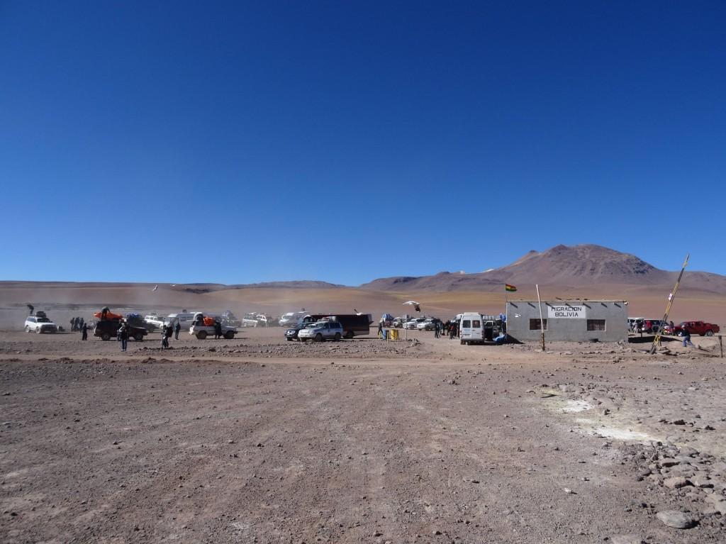 Nein, das ist nicht ein moderner Überfall im Wilden Westen... das ist die offizielle (chaotische) Grenze von Bolivien nach Chile