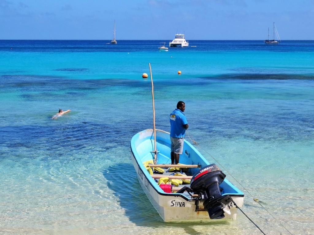 Wäre das Wasser noch türkiser, würde man das Boot kaum mehr sehen..