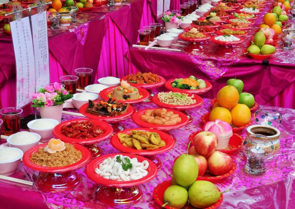 Alles für die Götter....die müssen ziemich dick sein bei all dem Essen, das sie ständig serviert bekommen