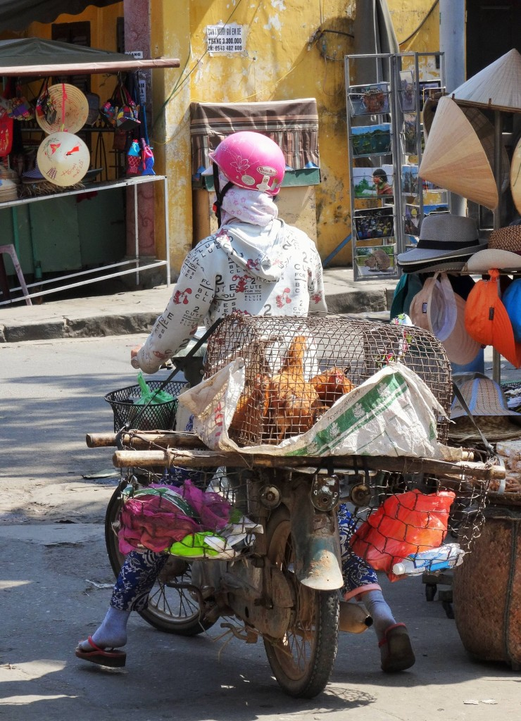 Auch Hühner werden auf dem Markt verkauft...