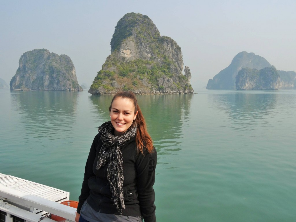 Die Halong Bucht ist übersät mit 3000 kleinen Inslen