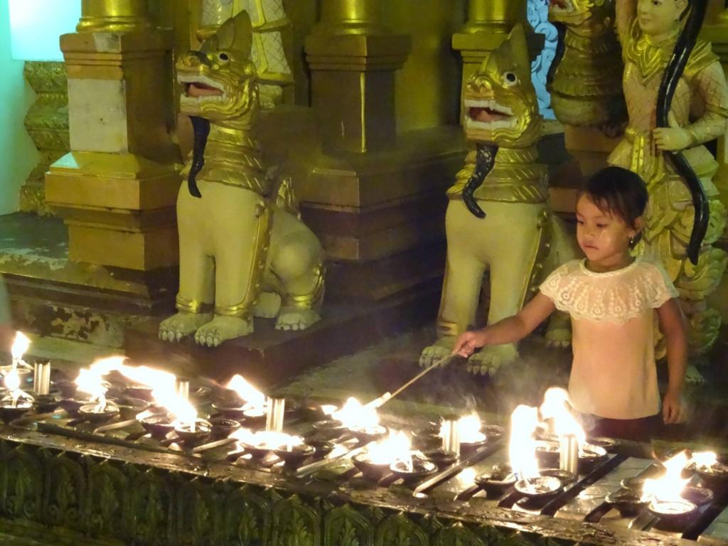 Abends werden Kerzli angezündet für Buddha