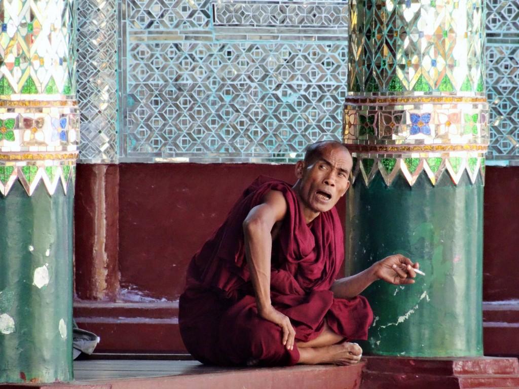 Auch bei den Mönchen gibts Raucherpausen...