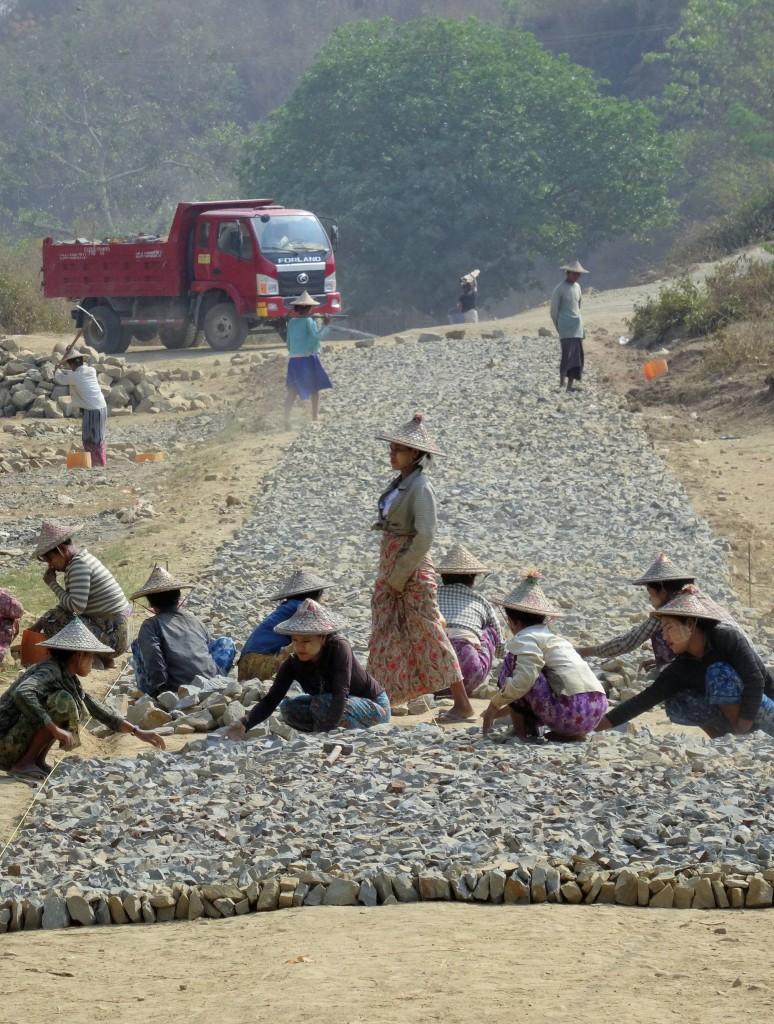 Auch beim Strassenbau wird noch vieles von Hand gemacht