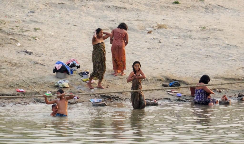 Begrüssung von badenden Leuten bei der Ankunft in Bagan