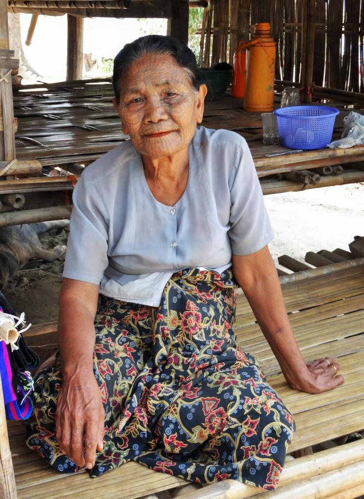 Chin - Frau mit tätowiertem Gesicht