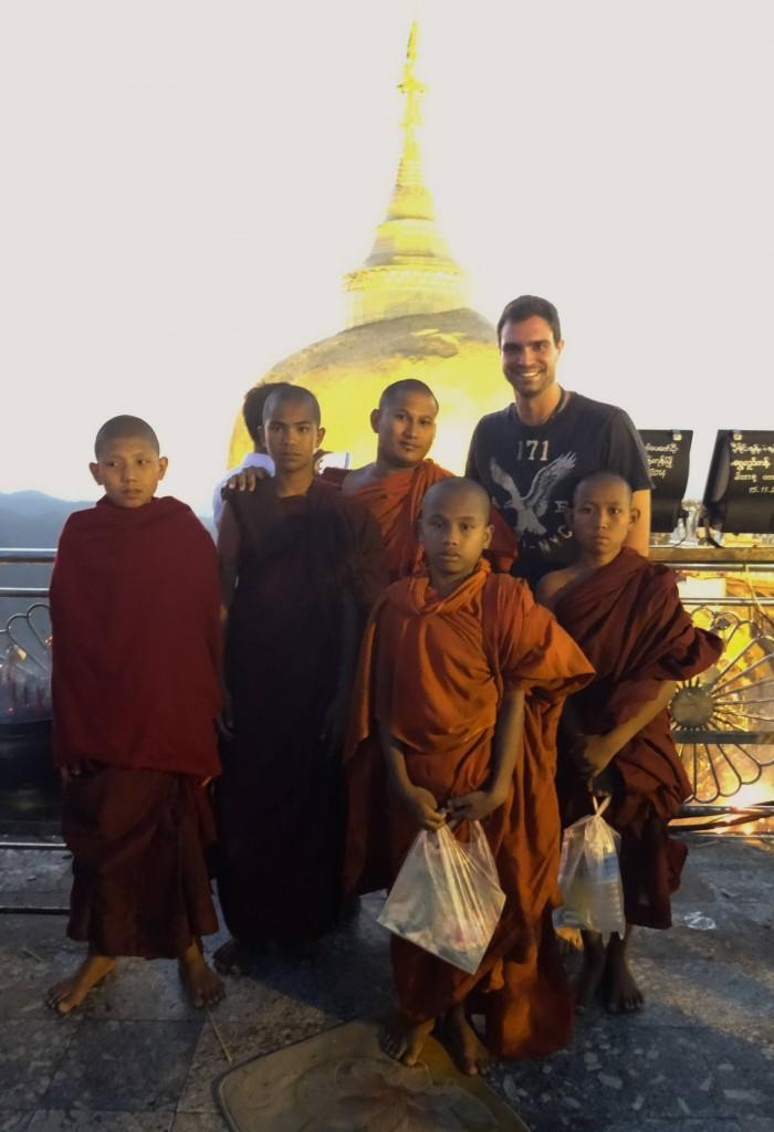 Der Legende nach wird der goldene Fels von einem Haar Buddhas festgehalten...