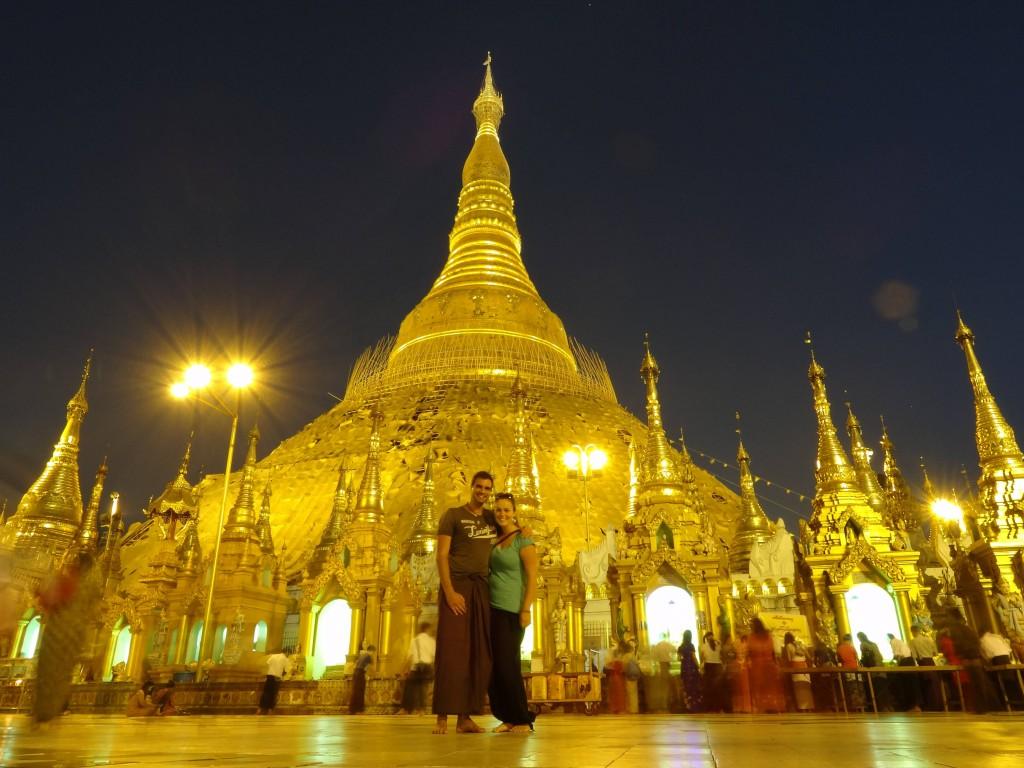 Die weltbekannte Shwedagon Pagode ist vom Sockel bis zur Turmspitze mit Gold bedeckt