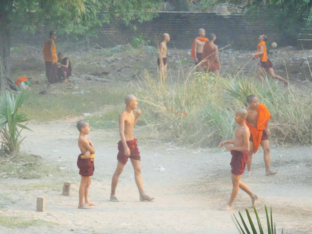 Fussballpause bei den Mönchen