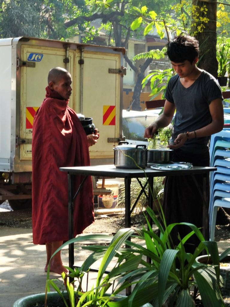 Jeden Morgen wird Essen für die Mönche bereitgestellt