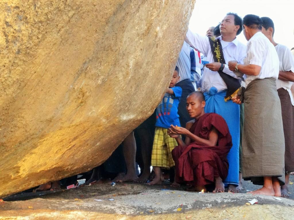Nur Männern ist es erlaubt, Goldplättchen auf den Felsen zu kleben