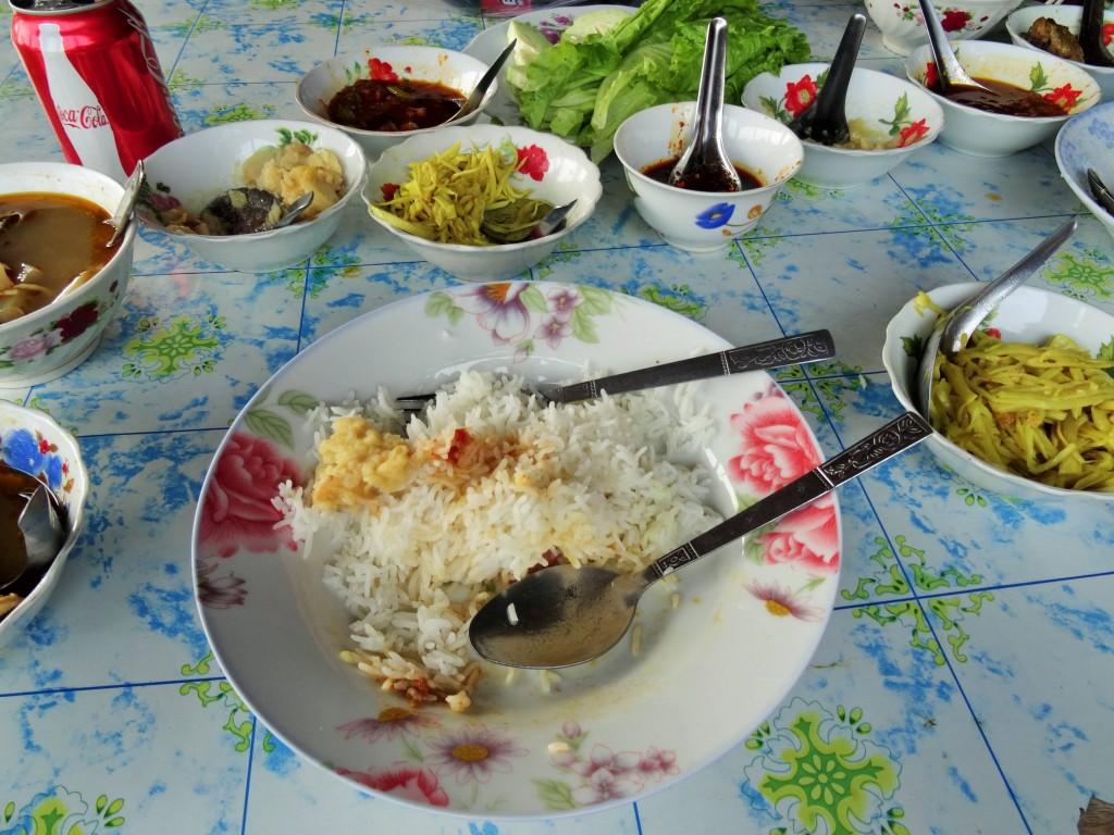 Typisch burmesisches Essen wird oft in kleinen Schalen serviert