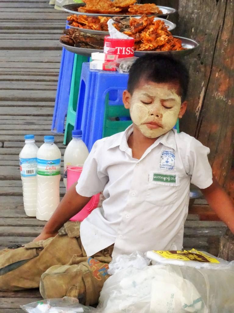 Viele Menschen in Burma schmieren sich Thanaka ins Gesicht - ein Schönheits- und Sonnenschutzmittel mit tausendjähriger Tradition
